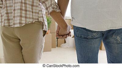 Liebendes junges Paar mit Händen.