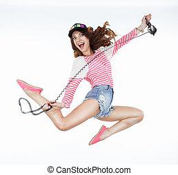 Lifestyle. Dynamische animierte lustige Frau springen. Freiheit
