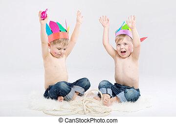 Lustiges Bild von zwei Jungs, die Indianer spielen