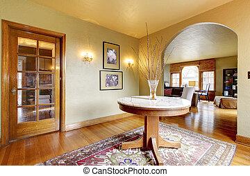 Luxuriöse Innenausstattung mit rundem Tisch.