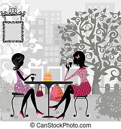 Mädchen in einem Sommercafé und Kuchen