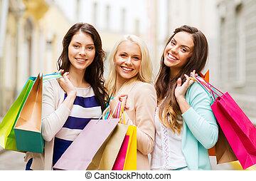 Mädchen mit Einkaufstüten in Kakteen.