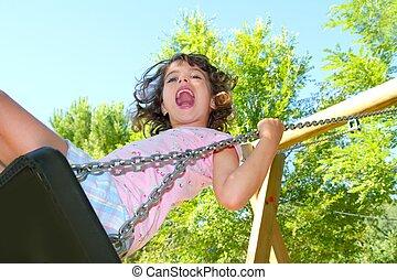 Mädchen schwingen in der Natur des Parks