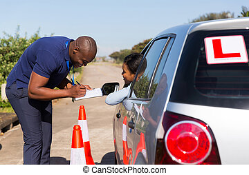 Männlicher afrikanischer Fahrlehrer und Studentenfahrer.