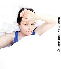 Müde Frau entspannt sich in ihrem Bett
