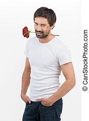 Macho-Männer. Hübsche junge Männer mit einer Rose im Mund lächelnd vor der Kamera, während sie auf Weiß stehen