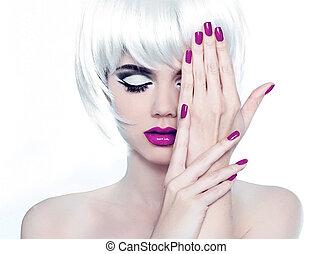 Make-up und manikürierte Nagel. Mode-Stil Schönheitsfrau Portrait mit weißen, kurzen Haaren.