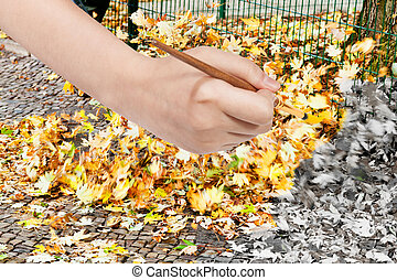 Malbrush malt gelbe Blätter auf der Straße.