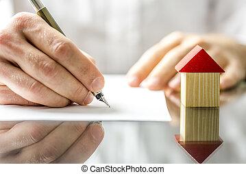 Man unterschreibt einen Vertrag beim Kauf eines neuen Hauses.