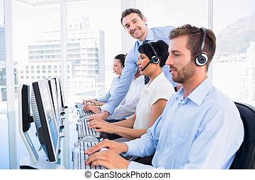 Manager und Führungskräfte mit Kopfhörern mit Computern.