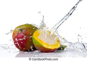 Mango in Wasserspritzer, isoliert auf weißem Hintergrund