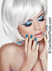 Maniküre Nägel. Professionelles Make-up. Blondes Frauenporträt. Weißer Kurzhaarstil. Fashion Beauty Foto. Sinnliche Lippen.