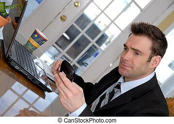 Mann auf der PDA