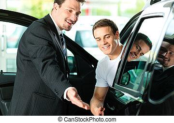 Mann kauft Auto von Verkäufer