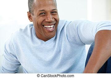 Mann lacht