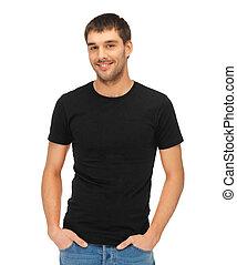 Mann mit schwarzem T-Shirt.