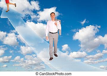 Mann und Frau auf Pfeil auf Weiß, fluffige Wolken im blauen Himmel kollabieren