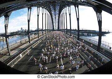 Marathonläufer überqueren die Brücke von Sydney Harbour während des Rennens.