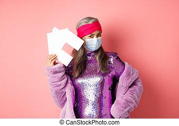 maske, kleiden, kühl, senioren, haus, stehende , echte , disko, concept., hintergrund, gut, frau, rosa, asiatisch, aus, ausstellung, stilvoll, papier, covid-19, medizin