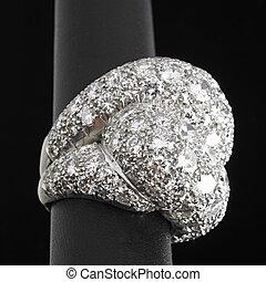 Massiver Diamant, verkrusteter Platinring auf schwarzem Boden