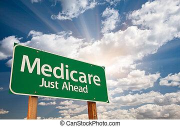 Medicare grüne Straße Schild über Wolken.