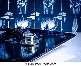 Medizinisches Stethoskop auf moderner digitaler Tafel im Labor auf Röntgenbildern Hintergrund