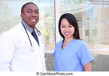 Medizinisches Team im Krankenhaus wechseln