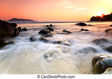 Meer und Stein bei Sonnenuntergang. Naturkomposition.