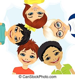 Mehr ethnische Gruppen von Kindern bilden einen Kreis.