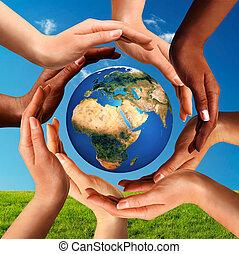 Mehrere Hände auf der ganzen Welt