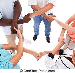 Mehrere Hände halten sich gegenseitig