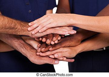Mehrere Hände zusammen
