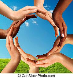 Mehrfache Hände machen einen Kreis zusammen.