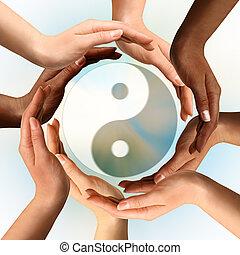 Mehrfache Hände um das Yin Yang Symbol