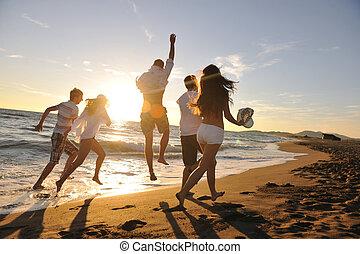 Menschengruppe am Strand