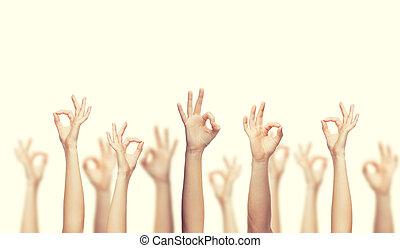 Menschliche Hände zeigen ok Zeichen.