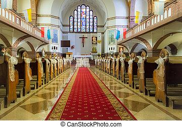 Messen in der Kirche vor der Hochzeit