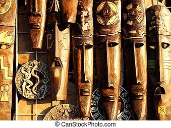 Mexikanische Holzmaske mit handgefertigten Holzgesichtern