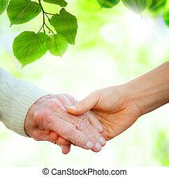 Mit dem Senior Händchen halten