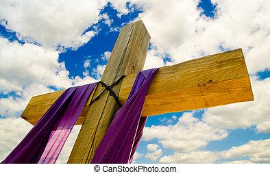 Mit lila Vorhängen oder Schärpe für Ostern mit blauem Himmel und Wolken im Hintergrund