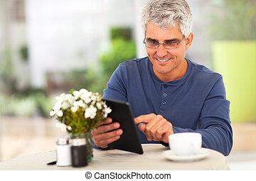 Mittelalternativer Surfer im Internet mit Tablet Computer.