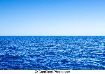 Mittelmeerblaue Seehafen mit klarem Horizont und Himmel.