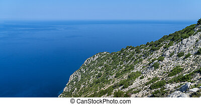 Mittelmeerlandschaft mit Berg und Meer.