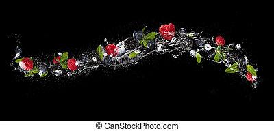 Mix aus Beerenfrüchten in Wassersplash, isoliert auf schwarzem Hintergrund