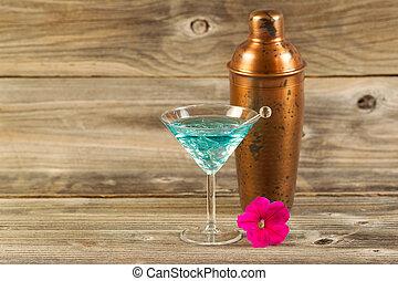 Mixed Drink und Single-Blume auf bewitterten Holz.