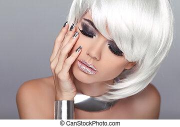 Mode-Blondinnen. Schöne Porträtfrau. Weißes, kurzes Haar. Auf grauem Hintergrund isoliert. Gesichtsnaht. Frisur. Fringe. Vogue-Stil.