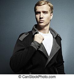 Modefoto des jungen schönen Mannes