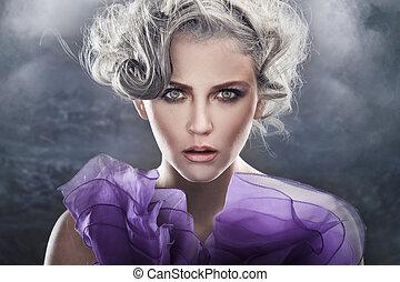 Modefoto einer jungen Dame über Fantasien