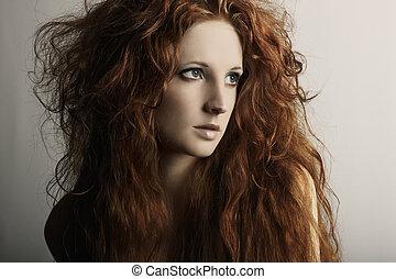 Modefoto einer jungen, schönen rothaarigen Frau