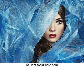 Modefoto von schönen Frauen unter blauem Schleier